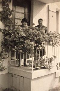 Besuch von der Nachbarin, Frau Fiesel (links)